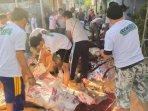 relawan-machfud-arifin-bergotong-royong-menyembelih-hewan-kurban.jpg
