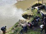 relawan-membersihkan-sampah-plastik-di-tepi-sungai-bedadung-jember.jpg