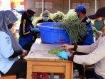 relawan-menyiapkan-makanan-klaster-pondok-pesantren-banyuwangi.jpg