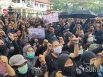 ribuan-mahasiswa-berbaju-hitam-unjuk-rasa-di-depan-gedung-dprd-kota-malang.jpg