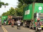 ruk-kontainer-yang-terguling-di-badan-jalan-raya-nginjen-kecamatan-deket.jpg