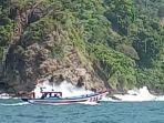 salah-satu-perahu-nelayan-yang-digunakan-mencari-korban-kecelakaan-laut-di-teluk-popoh-tulungagung.jpg