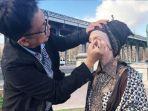 salah-satu-tim-make-up-artist-dari-viva-cosmetics.jpg