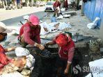 satgas-banjir-kota-surabaya-bersihkan-saluran-air.jpg