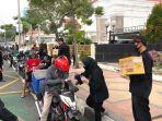 sejumlah-anggota-dprd-surabaya-membagikan-hand-sanitizer.jpg