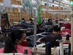 sejumlah-karyawan-di-pabrik-mematuhi-prokes-pencegahan.jpg
