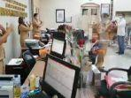 sejumlah-pemohon-dan-pegawai-kantor-pertanahan-surabaya-ii.jpg