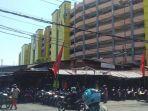 sejumlah-pengendara-melintas-di-depan-gedung-pasar-turi-surabaya.jpg