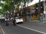 sejumlah-pengguna-jalan-melintas-di-jalan-walikota-mustajab-surabaya-rabu-522020.jpg