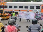 sejumlah-petugas-kai-dan-relawan-melakukan-sosialisasi-keselamatan-di-perlintasan-kereta-api.jpg