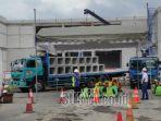 sejumlah-warga-mengikuti-program-padat-karya-pembangunan-terminal-patria.jpg