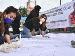 sejumlah-warga-yang-membubuhkan-tanda-tangan-dukungan-pda-dwi-purnomo-calon-wakil-walikota-surabaya.jpg