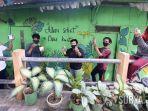 sekelompok-remaja-dengan-mural-hasil-karya-mereka-di-rumah-jl-joyoboyo.jpg