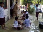 sekolah-dasar-di-kabupaten-lamongan-yang-masih-terendam-banjir.jpg