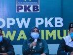 sekretaris-dpw-pkb-jatim-anik-maslachah-tengah.jpg