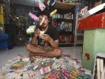 seniman-alfajr-xgo-menunjukkan-ratusan-kreasi-karyanya-berbahan-bungkus-rokok.jpg