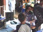 seorang-anak-mendapatkan-vaksinasi-di-desa-joho-kecamatan-dagangan-kabupaten-madiun.jpg