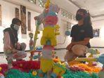 seorang-mahasiswa-mengamati-karya-seni-instalasi-berjudul-awas.jpg