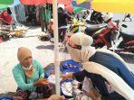 seorang-mashiswa-universitas-airlangga-unair-surabaya-membagikan-masker.jpg