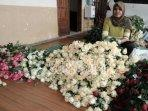 seorang-pekerja-menata-bunga-mawar-yang-disiapkan.jpg