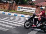 seorang-pengendara-sepeda-motor-melintas-di-depan-kantor-bupati-nganjuk-kabar-ott-kpk.jpg