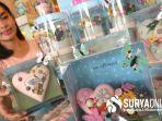 seorang-pengunjung-memilih-coklat-edisi-valentaine-di-dapur-coklat-graha-family-surabaya.jpg