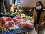 seorang-pengunjung-tengah-mengambil-makanan-di-buffet-ramadan-vasa-hotel-surabaya.jpg