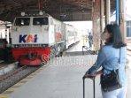 seorang-penumpang-menunggu-kedatangan-kereta-di-stasiun-madiun.jpg