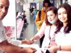 seorang-penumpang-menunjukan-tiket-kepada-petugas.jpg