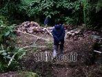 seorang-petani-melintas-di-area-sumber-dengan-dipenuhi-pipa-air.jpg