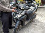 seorang-polisi-menunjukan-barang-bukti-bb-aksi-penjabretan-penjahat-jalanan.jpg