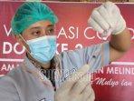 seorang-vaksinator-di-kabupaten-tulungagung-sedang-menyiapkan-satu-dosis.jpg