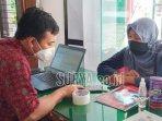 seorang-wali-murid-mencari-informasi-pendaftaran-ppdb-di-pusat.jpg