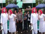 seorang-wanita-berjubah-putih-dan-berambut-merah.jpg