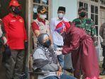 seorang-warga-di-desa-sengon-kecamatan-bendungan-kabupaten-trenggalek-menerima-suntikan-vaksin.jpg
