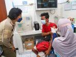 seorang-warga-menerima-vaksin-di-surabaya.jpg