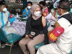 serbuan-vaksinasi-gratis-di-halaman-stadion-gelora-bangkalan-jumat-2562021.jpg