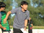 shin-tae-yong-pelatih-timnas-u-19-indonesia-saat-memberi-pemaparan-strategi-dan-taktik.jpg