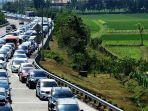 simpang-bangjuri-merayap-antrean-mobil-di-exit-tol-bandar-jombang-mengular-15-kilometer.jpg