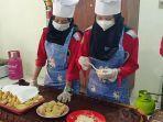 siswa-dan-guru-smk-model-pgri-i-mejayan-membuat-inovasi-olahan-makanan-berbahan-porang.jpg