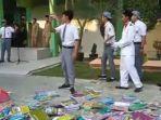 siswa-man-bangkalan-lempar-buku.jpg