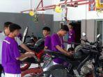 siswa-menyervis-motor-customer-di-oltek-smk-servis-gratis.jpg