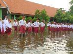 siswa-sd-di-sidoarjo-upacara-dalam-banjir.jpg