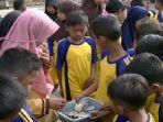 siswa-sd-mentel-1-gunungkidul-mengumpulkan-uang-saku-untuk-membantu-honor-guru-gtt_20180916_164503.jpg