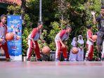 siswa-sdn-kaliasin-1-surabaya-mengikuti-basketball-clinic.jpg