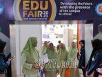 siswa-sma-khadijah-saat-mencari-informasi-di-stan-edu-fair.jpg