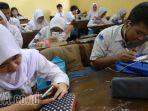 siswa-sma-mengerjakan-tugas-sekolah-dengan-memanfaatkan-gadget_20171127_231240.jpg