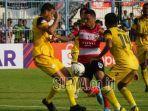 striker-madura-united-alberto-goncalves-mencoba-menerobos.jpg