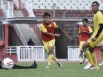 striker-persebaya-samsul-arif-munip-saat-berlatih-bersama-tim.jpg
