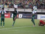 striker-persebaya-surabaya-amido-balde-usai-mencetak-gol-ke-gawang-persinga-ngawi.jpg